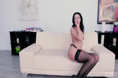 Анальное порно с аппетитной брюнеткой в чулках #1