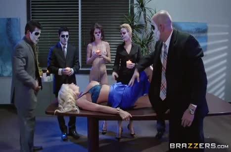 Неугомонная блондинка легко обслуживает толпу мужиков #2