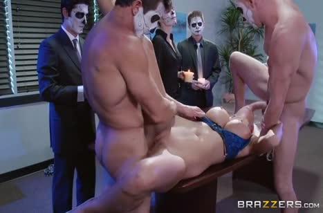 Неугомонная блондинка легко обслуживает толпу мужиков #4
