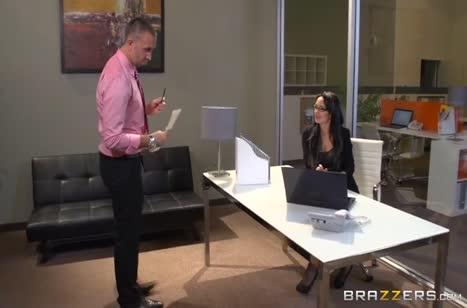 Добрая коллега с удовольствием занялась сексом на работе