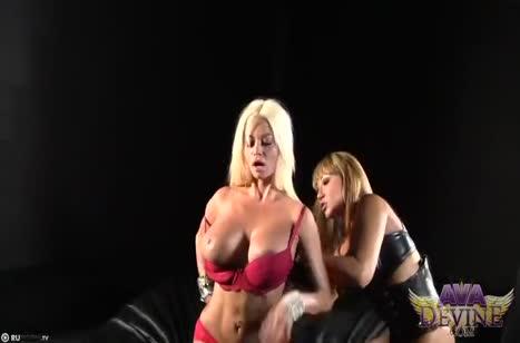 Две опытные лесбиянки круто траются на большом страпоне