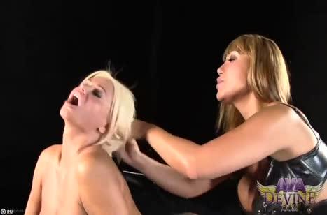 Две опытные лесбиянки круто траются на большом страпоне #2