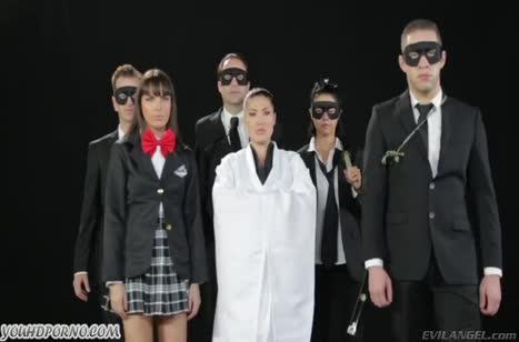 Симпатичные бабенки сосут члены толпе парней в костюмах