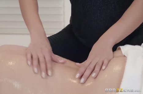 Две масляные лесбиянки устроили развратный секс массаж