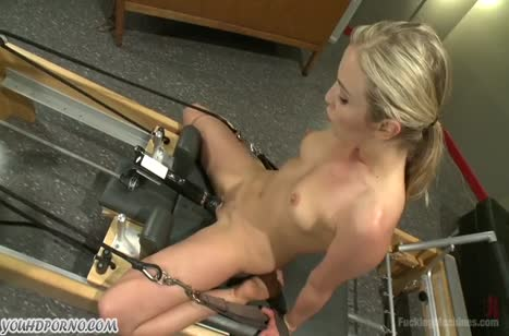 Секс машина не знает отдыха и блондиночка громко стонет