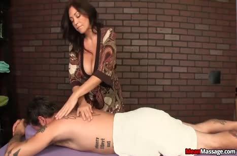 Зрелая грудастая бабенка старательно надрачивает пациенту хер