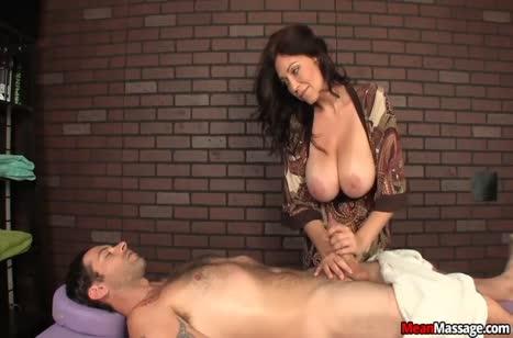 Зрелая грудастая бабенка старательно надрачивает пациенту хер #4