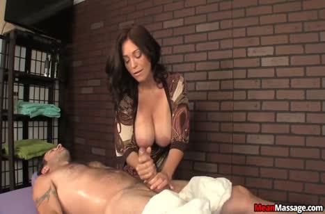 Зрелая грудастая бабенка старательно надрачивает пациенту хер #6