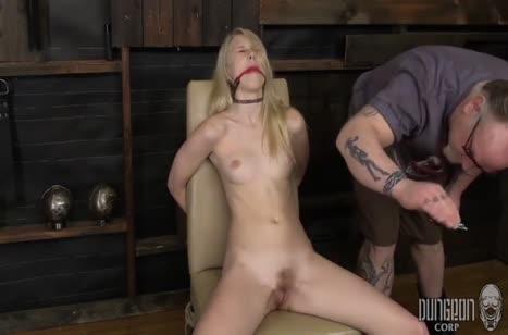 Lily Rader с кляпом во рту изнывает от вибратора в киске #3