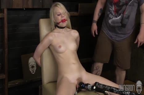 Lily Rader с кляпом во рту изнывает от вибратора в киске #5