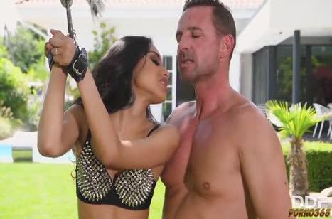 Жесткое БДСМ порно с сексуальной Roxy Lips в наручниках
