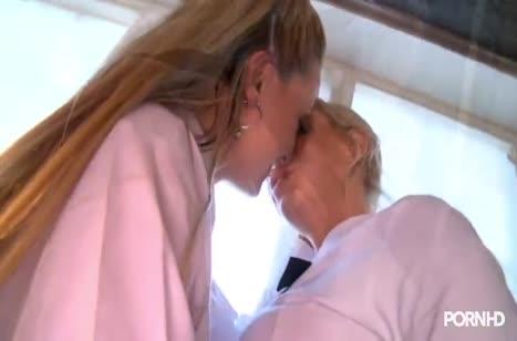 Молодые лесбияночки умеют доставлять секс наслаждение
