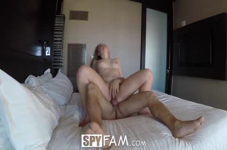 Блондинка снимает порнуху с другом в отеле #6