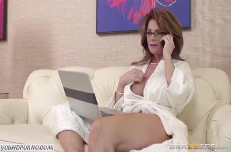 Зрелая дамочка решила повторить как в порнухе