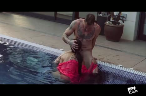 После бассейна возбужденная негритянка готова к траху #3