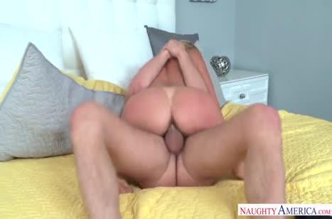 Роскошную соску Alexis Fawx мужик вдавливает в кровать #4