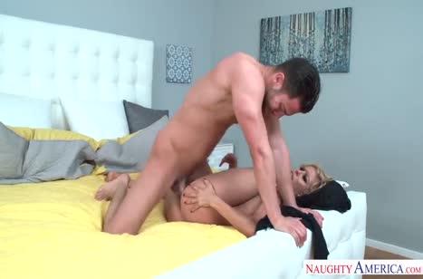 Роскошную соску Alexis Fawx мужик вдавливает в кровать #6