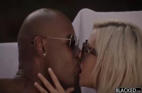 Блондинка одевает красивое белье на секс свидание с негром