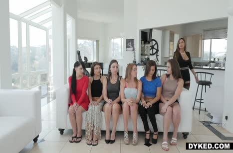 Симпатичные лесбиянки в чулках устроили массовое порно