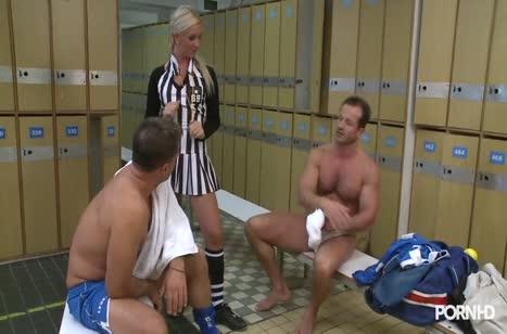 Блондиночка арбитр трахается с футболистами после игры