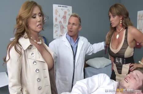 Больной пациент ожил при виде двух сучек с большими сиськами