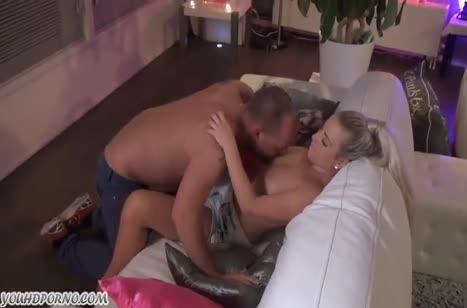 Блондинка нежно ласкается с мужем и трахается перед камерой