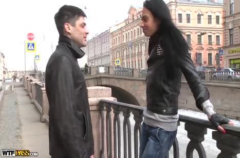 Молодая русская девка легко согласилась посниматься в порнухе