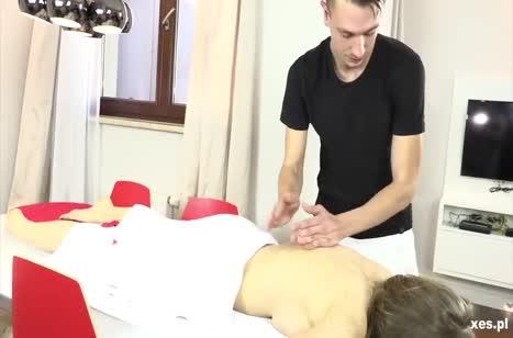 Телки забили на массаж и устроили анальную групповуху с парнем #2