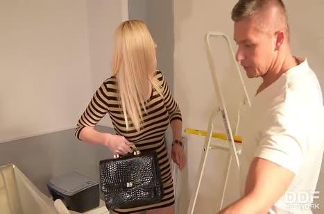 Пошлая хозяйка блондинка отрывается с рабочим по полной #2