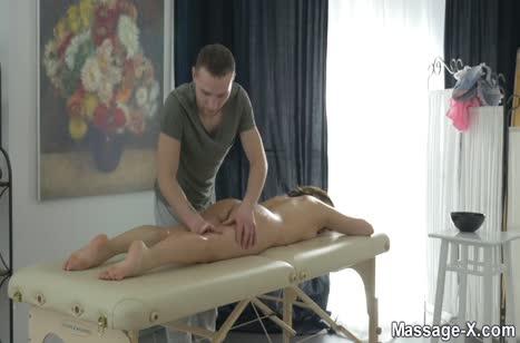 Хрупкую молодую девку красиво пялит массажист