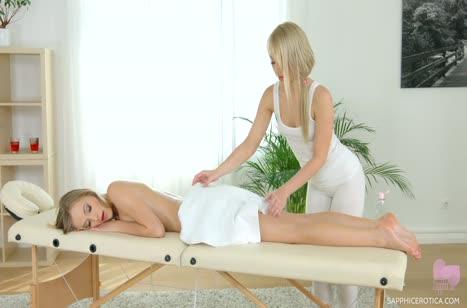 Беловолосую красотку нежно удовлетворила массажистка в лосинах
