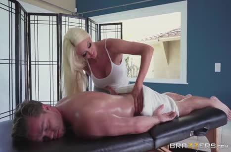 Пациент не устоял перед грудастой массажисткой Nicolette Shea