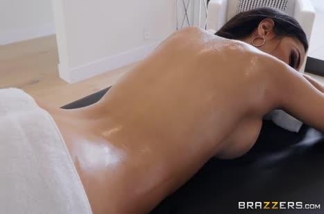 Соблазнительная Tia Cyrus дала массажисту #1