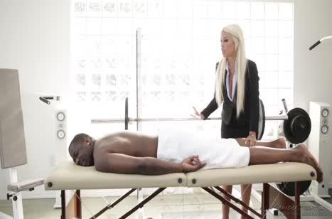 Массажиста Bridgette B умело соблазнила чернокожего пациента