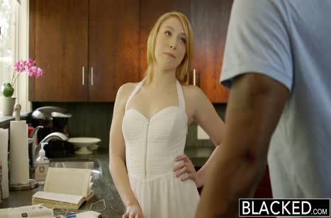 Красотку блондинку раззадорил большой черный пенис