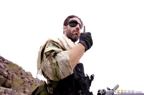 Одноглазый солдат показал развратной Casey Calvert жесткое порно