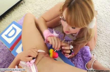 Две молодки достали секс игрушки и устроили лесбо порно #2