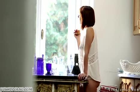 Стройная Tina Hot эротично раздевается и мастурбирует до оргазма