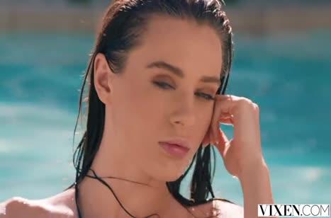 Туристка Lana Rhoades весело проводит время после бассейна