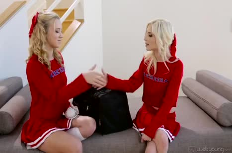 Две молодые блондинки хорошо освоили лесбо ласки
