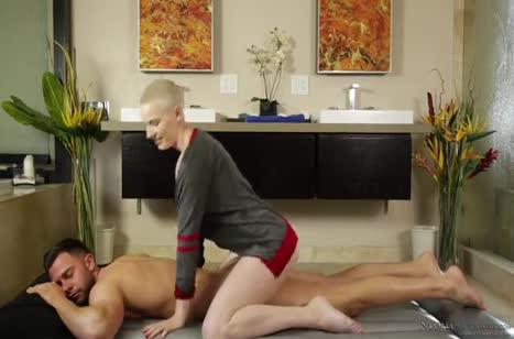 Молодая массажистка решила заняться сексом с пациентом #4