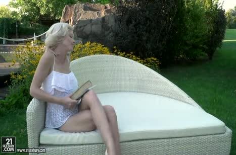 Романтический анал с беловолосой Zazie Skymm на природе