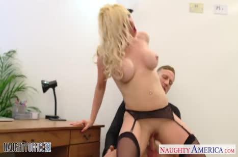Victoria Summers с большими сиськами замутила порно на работе #5