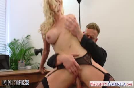 Victoria Summers с большими сиськами замутила порно на работе #6