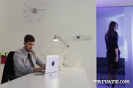 Обольстительная секретарша Barbara Bieber знает как возбудить босса