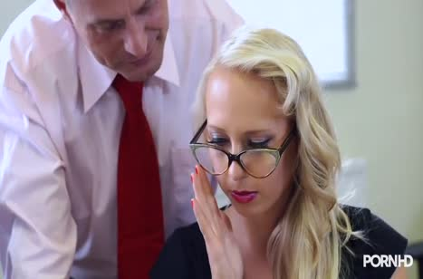 Блондинку Carla Cox коллеги развращают прямо на работе