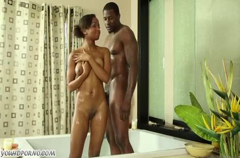 Темнокожая парочка практикует романтичный порно массаж #4