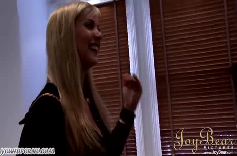 Шлюшка блондинка снимает с черным ухажером порнуху #1