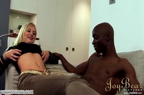 Шлюшка блондинка снимает с черным ухажером порнуху #2