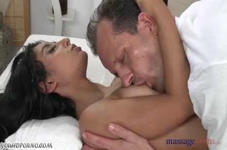 Попка милой телочки возбудила массажиста на порно #4